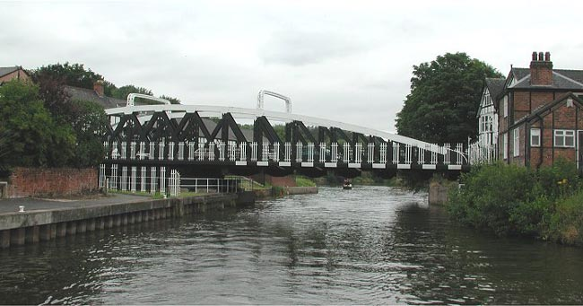 Northwich Town swing bridge in 2002-a